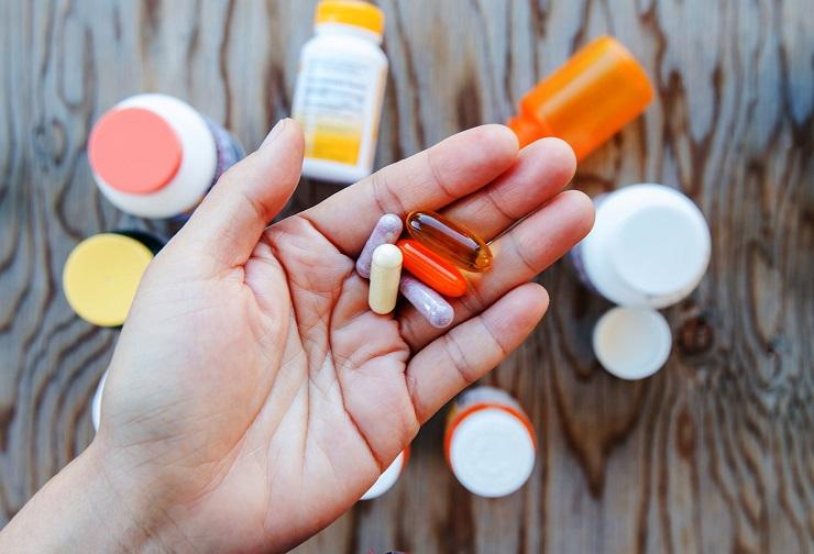 витамины в руке